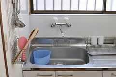 キッチンの壁には調理道具が掛けられています。(2014-03-04,共用部,KITCHEN,1F)