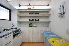 キッチン脇の棚の様子。食材や食器などを置くことができます。(2014-03-04,共用部,KITCHEN,1F)