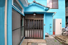 シェアハウスの正面玄関。(2010-10-26,周辺環境,ENTRANCE,1F)