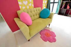色鮮やかなソファにクッションが並びます。(2010-10-26,共用部,OTHER,1F)