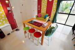 色とりどりの椅子で飾られたダイニングテーブル。(2010-10-26,共用部,LIVINGROOM,1F)