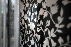 玄関の窓ガラスにも花柄のフィルムが貼られています。(2010-10-26,共用部,OTHER,1F)