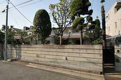 シェアハウスの外観。ぐるりと塀に囲まれています。(2013-06-04,共用部,OUTLOOK,1F)