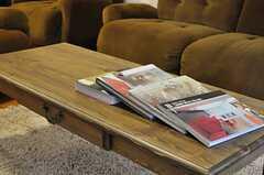ソファテーブルには海外のインテリア本が並んでいました。(2013-06-04,共用部,LIVINGROOM,1F)