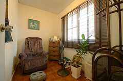 バスルームの対面にあるリラクゼーションルームの様子。アロマディフューザーもあります。(2013-06-04,共用部,OTHER,1F)