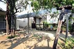 庭の様子。自転車置場には屋根が設置されています。(2013-06-04,共用部,GARAGE,1F)