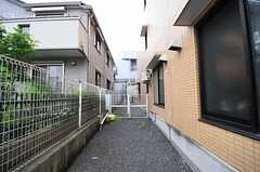 シェアハウス脇の小道の様子。奥に自転車置き場があります。(2012-07-24,共用部,OTHER,1F)