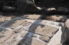 石畳の様子。端には、オーナーさん家族の手形があります。(2014-04-23,周辺環境,ENTRANCE,1F)