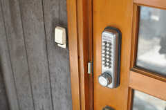 玄関の鍵はナンバー式です。(2014-04-23,周辺環境,ENTRANCE,1F)