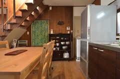 キッチン脇に食器棚があります。(2014-04-23,共用部,KITCHEN,1F)