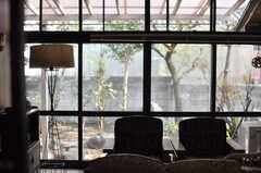 キッチンから見たリビングの様子。大きな窓から庭が見えます。(2014-04-23,共用部,LIVINGROOM,1F)