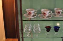 ティーカップはガラス棚に収まり、綺麗な装飾品のよう。(2014-04-23,共用部,OTHER,1F)