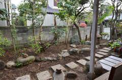 庭を眺めるとこんな感じ。(102号室)(2014-04-23,専有部,ROOM,1F)