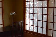 障子に映る木の陰がいい感じです。(101号室)(2021-04-08,専有部,ROOM,1F)