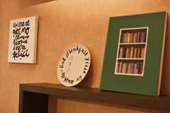 壁面にはお洒落な本や雑貨が置かれています。(2017-11-22,共用部,LIVINGROOM,1F)