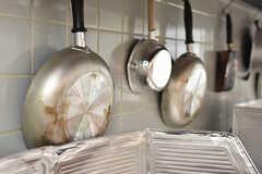 鍋やフライパンは壁際に収納されています。(2017-11-22,共用部,KITCHEN,1F)