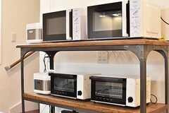収納棚の様子。電子レンジとオーブントースターが2台ずつ設置されています。(2017-01-16,共用部,KITCHEN,1F)