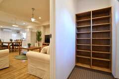 内部から見た玄関の様子。靴箱は専有部ごとにスペースが決められています。(2017-02-13,周辺環境,ENTRANCE,1F)