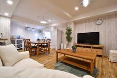 ソファからTVを観るとこんな感じ。ダイニングテーブルの対面がキッチンです。(2017-02-13,共用部,TV,1F)