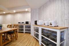 ダイニングテーブルの周りに収納棚が設置されています。収納棚には専有部ごとの収納スペースが用意されています。(2017-02-13,共用部,KITCHEN,1F)