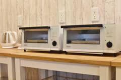 電子ケトル、オーブントースターが2台ずつ用意されています。(2017-02-13,共用部,KITCHEN,1F)