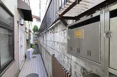 正面玄関に行くアプローチの様子。右側にポストがあります。(2012-02-01,共用部,OTHER,1F)
