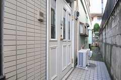 正面玄関ドアの様子。(2012-02-01,周辺環境,ENTRANCE,1F)