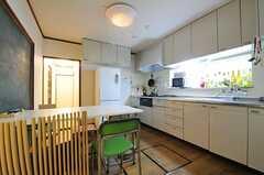 玄関側から見たダイニングの様子。右手にキッチンがあります。(2012-02-01,共用部,LIVINGROOM,1F)