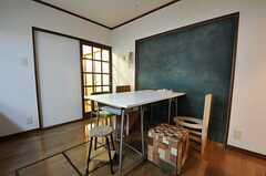 ダイニングテーブルには、5脚の個性的な椅子が並んでます。(2012-02-01,共用部,LIVINGROOM,1F)