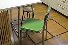 レトロでシンプルな椅子。学校から譲り受けたのだそう。(2012-02-01,共用部,OTHER,1F)