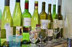 キッチンの出窓部分にはいくつものワインボトルが並べられています。(2012-02-01,共用部,KITCHEN,1F)