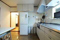 冷蔵庫とゴミ箱の様子。(2012-02-01,共用部,KITCHEN,1F)
