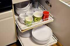 食器棚は出し入れしやすいスライド式です。(2012-02-01,共用部,KITCHEN,1F)