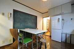 冷蔵庫脇の廊下の左手に、リビングがあります。(2012-02-01,共用部,LIVINGROOM,1F)