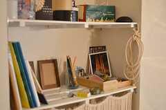 白い板で作られた棚には、文房具や日常的に使う小物が置かれています。(2012-02-01,共用部,OTHER,1F)