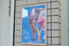 マンションの入り口にある、イラスト入りのZOハウスのサイン。(2012-02-01,共用部,OTHER,1F)