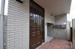 シェアハウスの正面玄関。奥にポストがあります。(2011-07-29,周辺環境,ENTRANCE,1F)