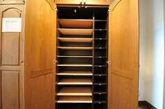 靴箱の様子。部屋ごとに使えるスペースが決まっています。(2011-07-29,周辺環境,ENTRANCE,1F)