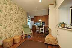 シェアハウスのリビングの様子3。ソファから見ると、こんな感じです。壁紙はイギス製だそう。(2011-07-29,共用部,LIVINGROOM,1F)