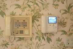 カメラ付きインターホンの受信機の様子。正面玄関の鍵の管理パネルもあります。(2011-07-29,共用部,OTHER,1F)