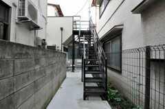 外階段を使って2階へ。(2010-10-14,共用部,OUTLOOK,1F)