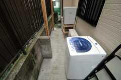 洗濯機と乾燥機は屋外に設置されています。(2010-10-14,共用部,LAUNDRY,1F)