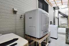 乾燥機の様子。ランドリースペースには雨よけがついています。(2010-10-14,共用部,LAUNDRY,1F)