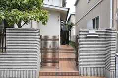 シェアハウスの門扉。ポストは全体で1つです。(2011-06-28,共用部,OUTLOOK,1F)