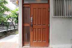 シェアハウスの正面玄関。(2011-06-28,周辺環境,ENTRANCE,1F)