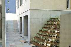 シェアハウスのアプローチ。正面玄関は階段を上がった先です。(2012-09-12,周辺環境,ENTRANCE,1F)