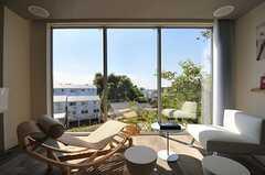 窓の近景には桜の枝、遠景は武蔵小杉のビル群。(2012-09-12,共用部,LIVINGROOM,2F)