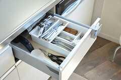 引き出しにはナイフやフォークなどが入っています。(2012-09-12,共用部,KITCHEN,2F)
