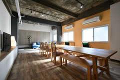 長いダイニングテーブルが用意されています。(2018-01-10,共用部,LIVINGROOM,1F)