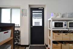 キッチン脇のドアは、テラスに繋がっています。(2018-01-10,共用部,OTHER,1F)